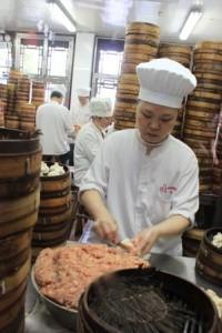 La fabrique de raviolis vapeur à haute cadence pour satisfaire la longue queue de de gourmands à l'extérieur