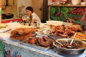 la vendeuse de plats à emporter :nouilles, légumes, porc, cou de canard...rien ne se perd